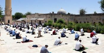 Nusaybin'de 10 camide sosyal mesafeli ilk cuma kılındı
