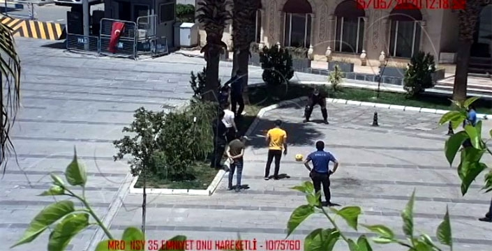 Nusaybin'de polis 15-20 yaş arası gençlerle futbol oynadı