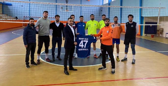 Çelik'ten İpek Yolu Spor Kulübüne forma desteği