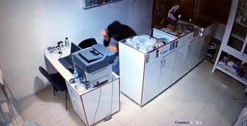 İş yerine giren hırsızlar güvenlik kamerasına yansıdı