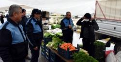 Belediye pazarcılara maske ve eldiven dağıttı