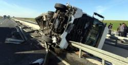 İpek yolundaki kazada büyük tehlike atlatıldı, 2 yaralı
