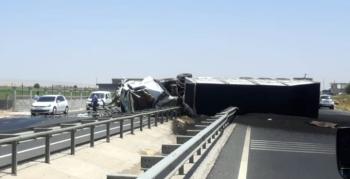 Nusaybin'de kaza yapan tırdaki sürücü yaralandı