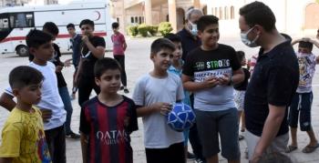 Nusaybin Kaymakamı çocuklarla top oynadı