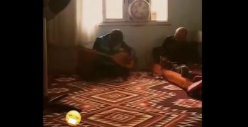 Nusaybin sağlık personeli tedavi için evine gittiği hastaya moral için saz çaldı