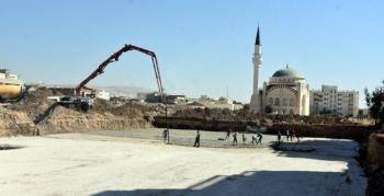 Nusaybin Ticaret Merkezinde temel öncesi grobeton dökümü yapıldı