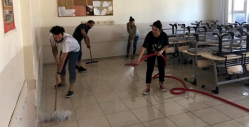 Öğretmenler, öğrencileri için sınıfları yıkıyor