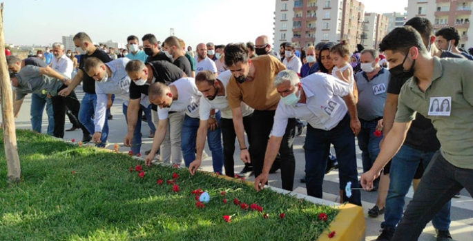 Kesk, öncülüğünde 7 STK ve Suzan Basın'ın ailesi kazanın olduğu yere karanfil bıraktı