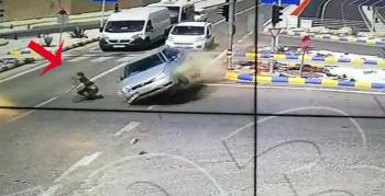 Kırmızı ışıkta geçen otomobil, yaya geçidindeki gence çarptı