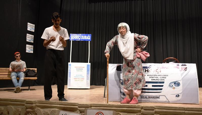 Öğrencilerin tiyatro gösterisi ayakta alkışlandı