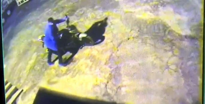 Nusaybin'de motosiklet hırsızlığı anı güvenlik kamerasına yansıdı