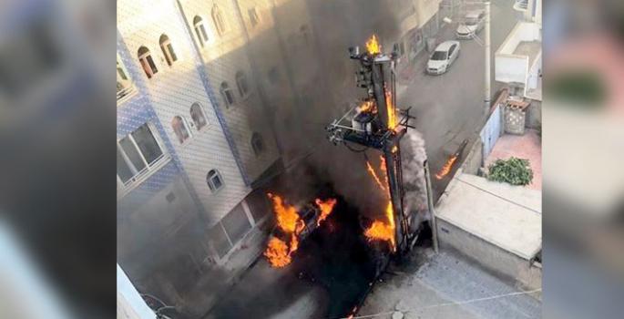 Nusaybin'de Patlayan elektrik panosundaki yangın otomobile sıçradı
