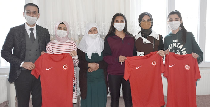 Gençlik ve Spor Bakanı Kasapoğlu'nun eşi Betül Kasapoğlu Nusaybin'i ziyaret etti