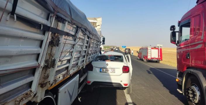 Kamyonun altında ezilen otomobilin sürücüsü yaralandı