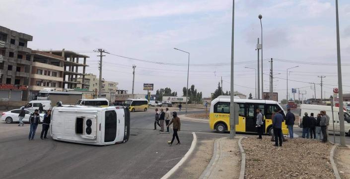 Kaza yapan minibüs yolun ortasına devrildi