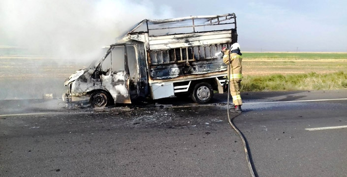 Nusaybin'de seyir halindeki kamyonet alev aldı